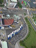 2006年11月25日22屆新光三越登高:IMG_1232排排站的國光客運.JPG