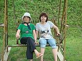 98.7.25桃園一日遊第三站大黑松小倆口-愛情故事館:二個老人家有點累了.JPG