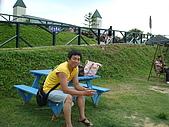 98.7.25桃園一日遊第三站大黑松小倆口-愛情故事館:照相不用這麼三八.JPG