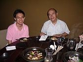 98.7.17出納科於台北101四樓三幡家聚餐 :副理現在才到,但~逸軒你的笑容也太專業了唄.JPG