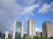 98.7.17出納科於台北101四樓三幡家聚餐 :去餐廳的路上發現彩虹 .JPG