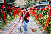 2016日本京都追紅葉:1121-129爬上階梯回頭往下拍也很漂亮.jpg