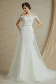 robe mariage:Robe de mariage cintrée avec encolure tombante ornée de perles.jpg