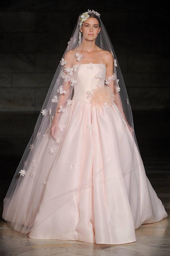 robe mariage:robe de mariée rose princesse avec voile florale.jpg