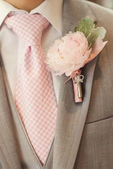robe mariage:Rose Quartz boutonnière.jpg
