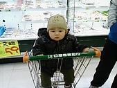 Henry初體驗-凡事都有第一次:第一次坐購物車.jpg