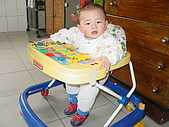 Henry初體驗-凡事都有第一次:第一次坐學步車.JPG