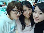 莎喲娜啦~~:與辦公司兩位小妹妹合影~