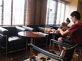 2008 Aug-31 東京蜜月 day 3:在lobby旁邊幾張桌子就是我們吃早餐的地方