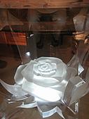 華西街之台南擔仔麵:很像冰雕玫瑰的桌底