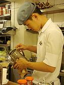 米朗琪咖啡館:帥氣服務生專心煮咖啡