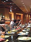 2008 Sep-07 東京蜜月 day 10:12點多客滿, 迴轉壽司也擺滿了