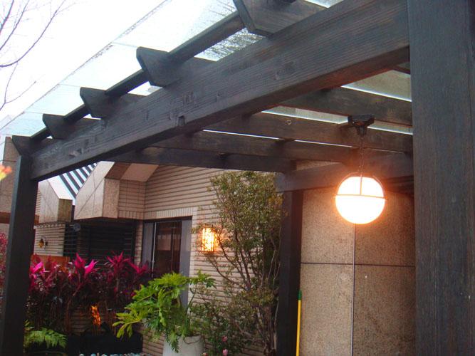 [採光罩]木柵政大二街:美空設計-南方松漆黑雨遮