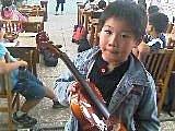 樂器專欄:小提琴頭摔斷修復後與主人合照