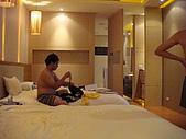 970831橫渡日月潭成功:在旅館裡認真的阿峽
