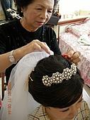 2008.1.11嫁人了....:阿嬤幫忙插新娘花