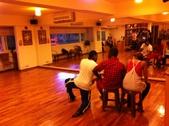 2012.11-12月份Sportking 教室每週熱門課程:外國人在教室排練舞 還是在聊天呢 XD