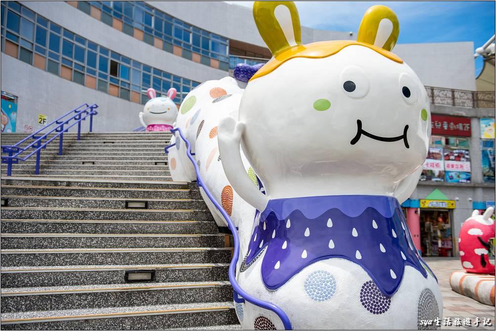 遊客中心這裡有許多的大型造型公仔,很吸引小朋友的注意,是拍照的好地方。