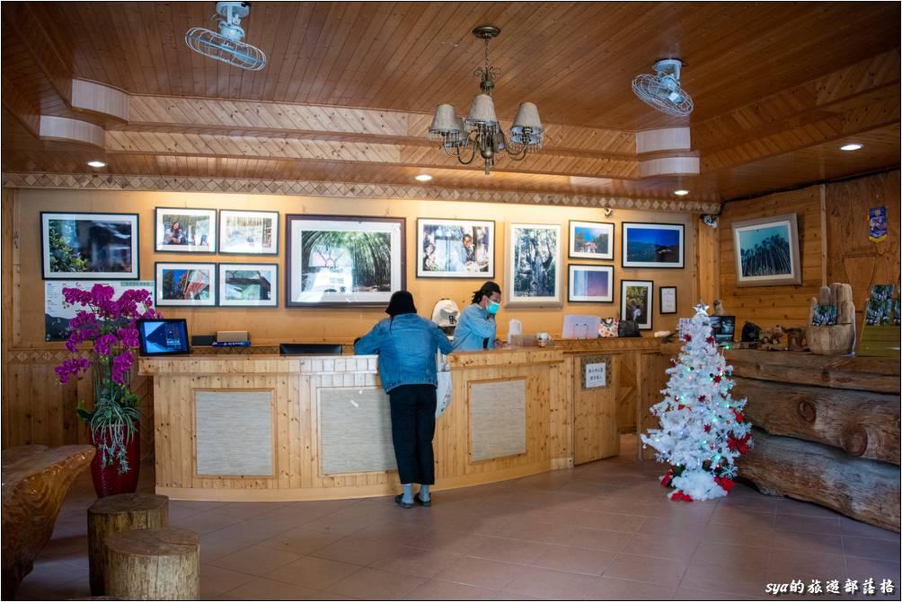 部落的遊客服務中心就位於廣場、雅竹餐廳的協對面,也就是恩典屋的頂樓。要辦理入房Check-in拿鑰匙的話,就是在這個地方。另外值得注意的部分就是退房時,如果你是住在迦南小木屋或是新迦南小木屋,退房以及鑰匙可以在迦南美食咖啡廳繳交,不用再大費周章的跑到山下。