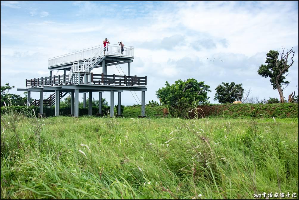 矗立在草原上的觀景台就是渡假民宿牧場中最佳的賞景位置