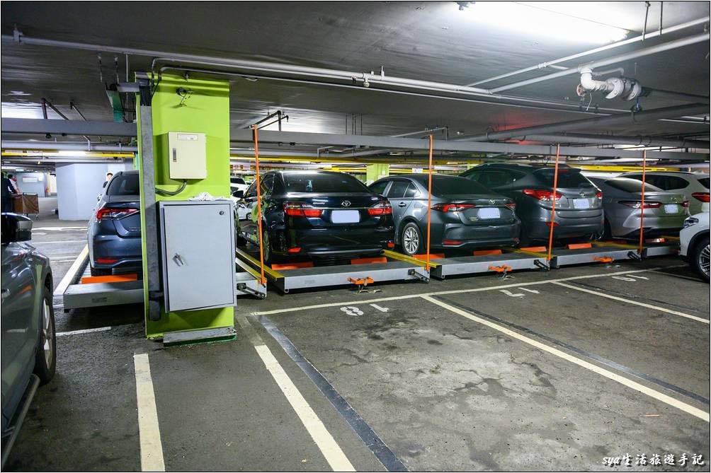 透過前排的移動,讓後排的車輛也能輕易進出。真是個很不錯的停車空間利用方式!