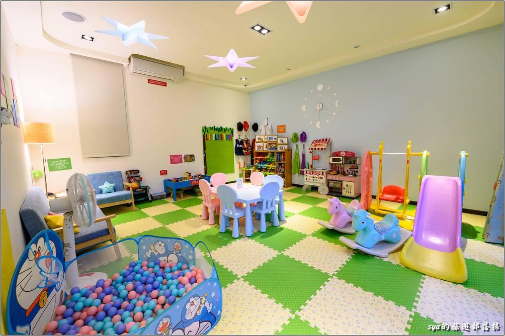 小星星民宿一館一樓的公共遊戲空間,設施的部分比較適合三歲以下的兒童,略大的小朋友,一旁則有多款、多樣的桌遊遊戲。