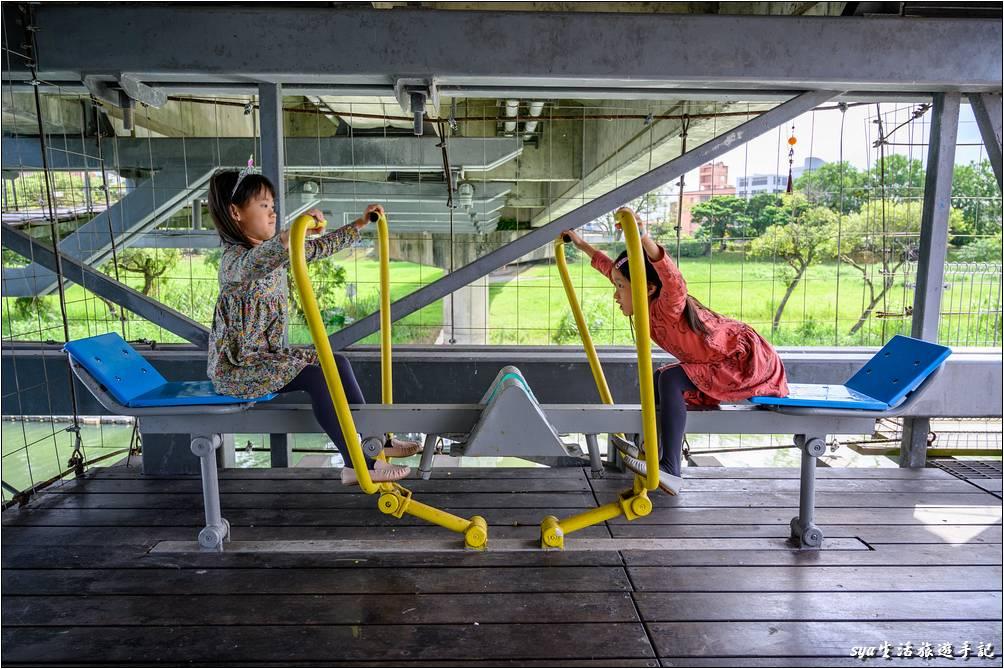 橋上有類似划船練習的器材