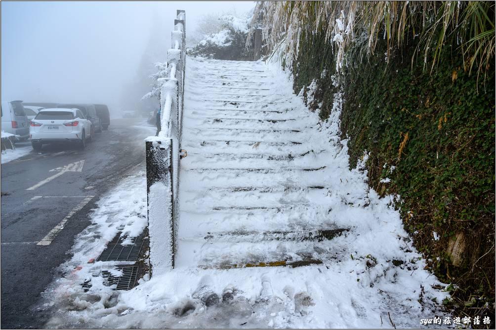 有下過雪的高山階梯,應該都會變成這副冰上溜滑梯的景象!