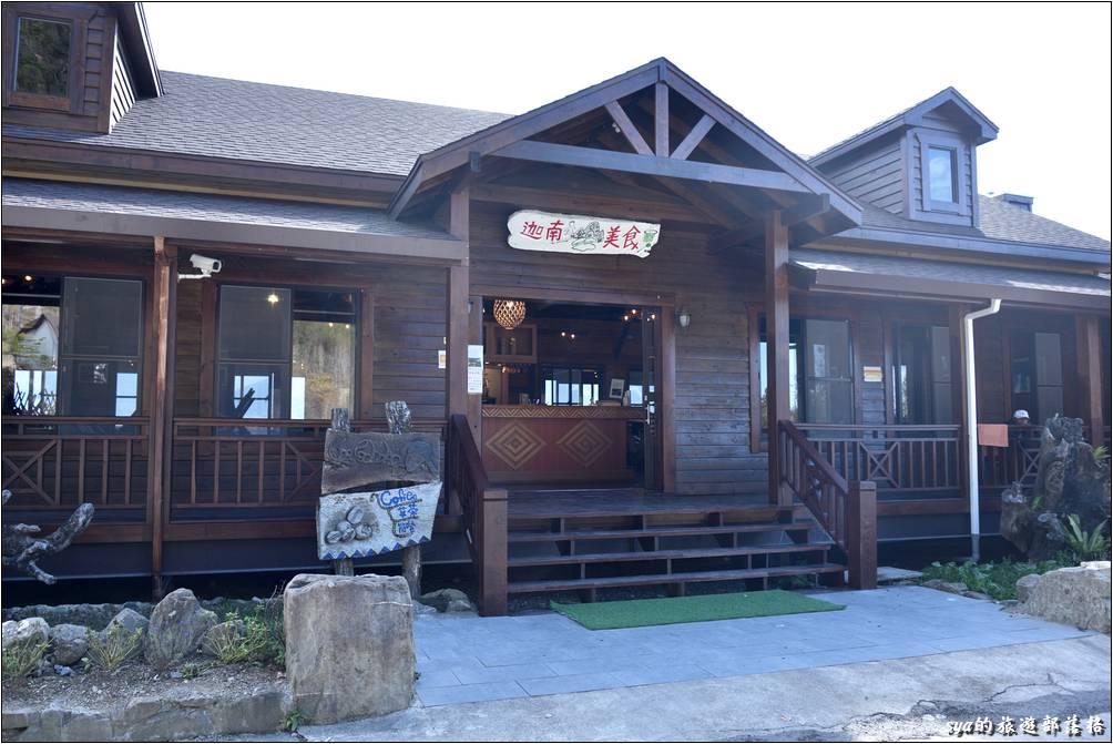 迦南咖啡美食屋就位於新迦南小屋前大停車場的另一側。