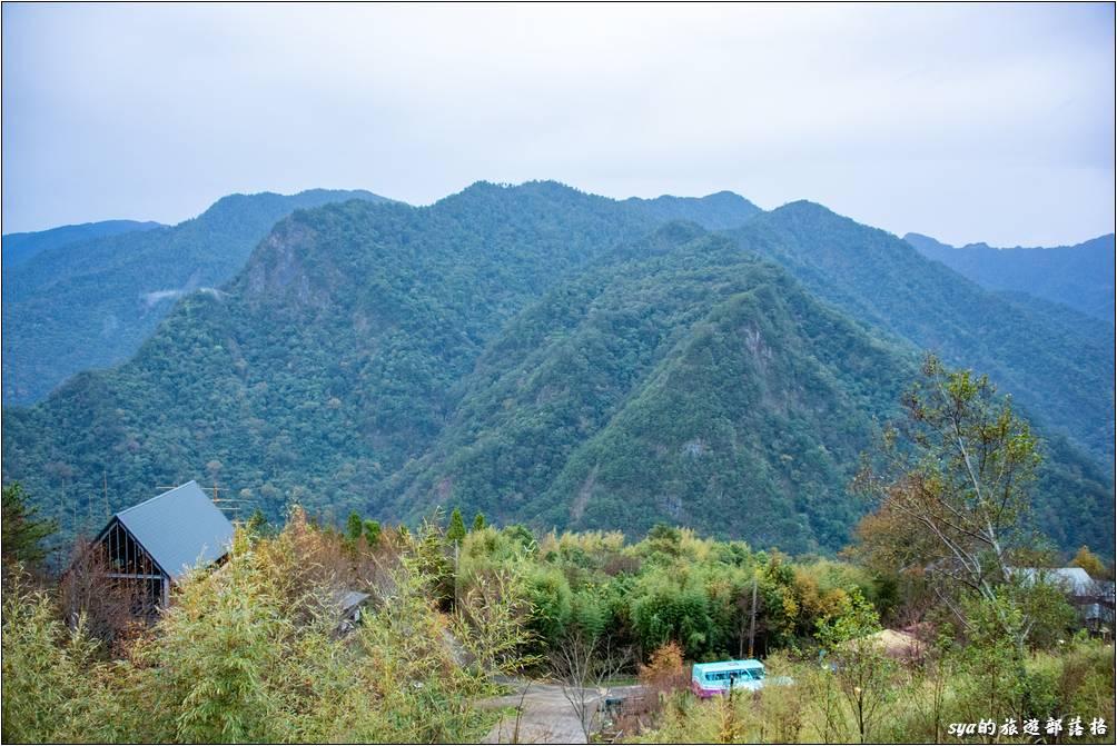 迦南咖啡美食屋窗外即可觀賞壯闊的山景