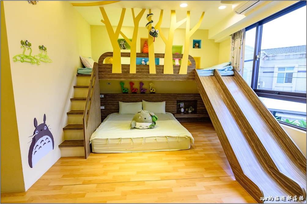 奇幻森林溜滑梯親子四人房的上下舖溜滑梯空間