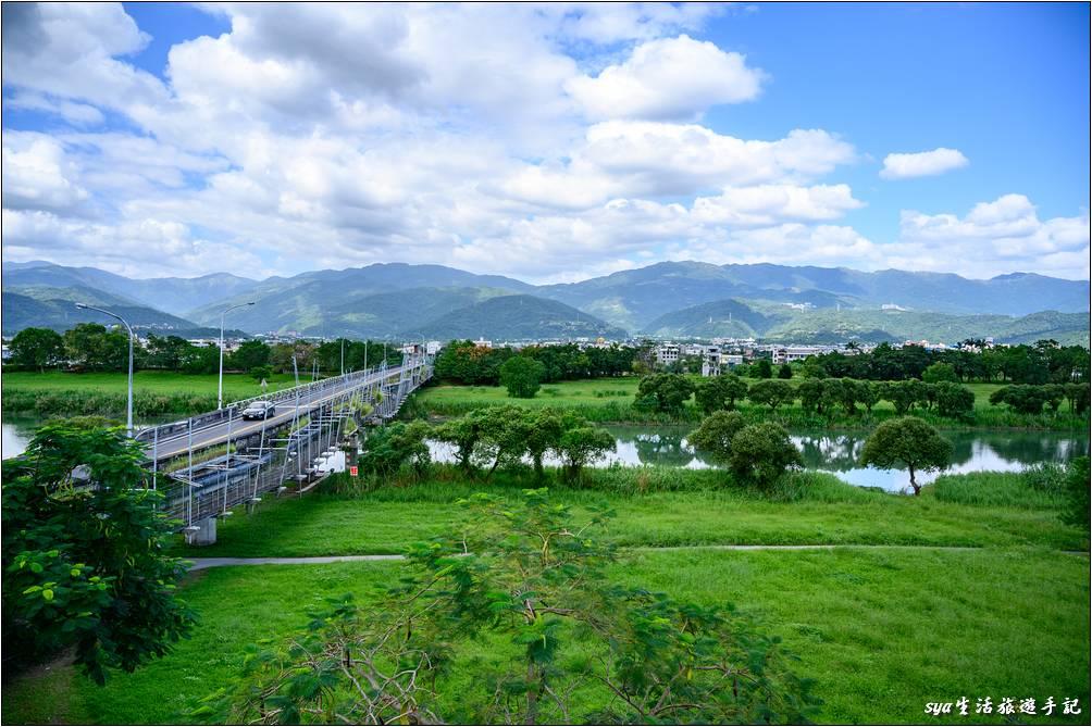 觀景台上可以看到車輛通行的慶和橋,以及一旁我們這次所要走走的津梅棧道。
