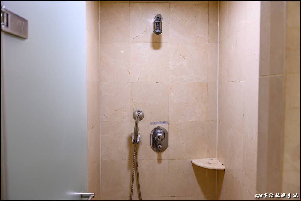 另一側則為浴缸的空間,因為敝人太胖又入鏡了,所以暫時以口述取代。
