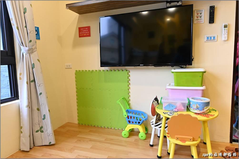房內除了溜滑梯、盪鞦韆、小球池外,也有不少的室內玩具。只可惜樂貝現在五歲了,這些應該更適合三歲以下的小小朋友。