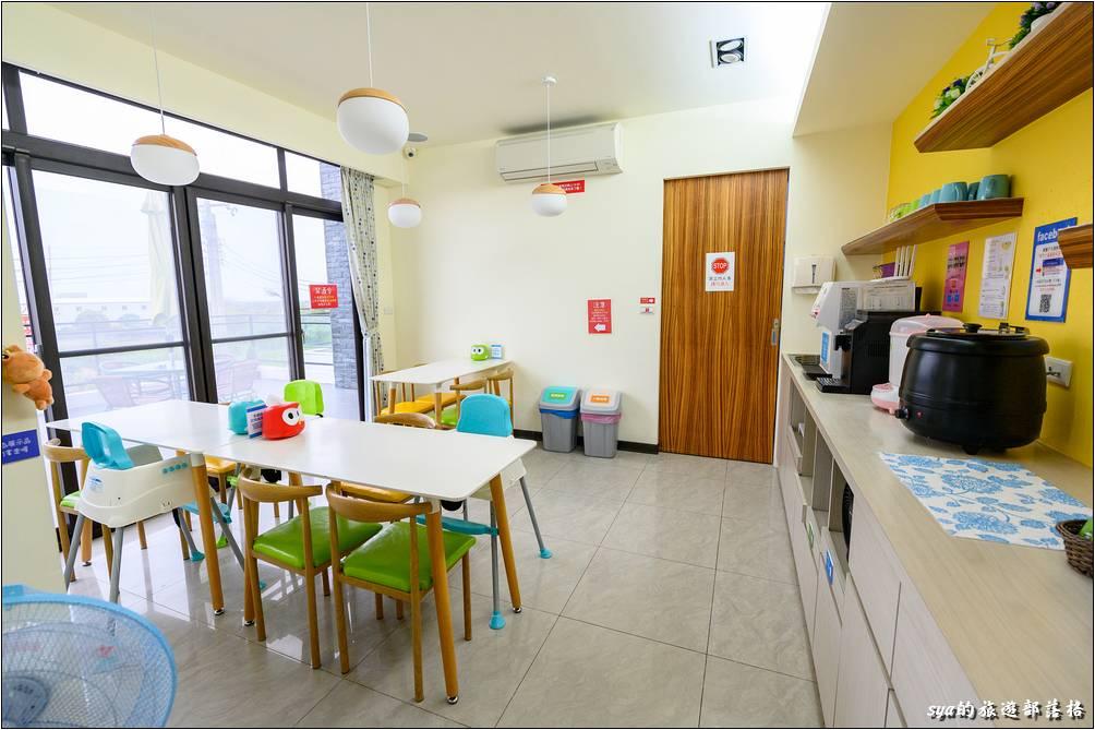 整齊、有條不紊的一館二樓用餐空間。因為房間不能用餐,因此如果有帶食物來的話,記得要在餐廳這裡用餐。這裡有提供餐具、分類的垃圾桶。