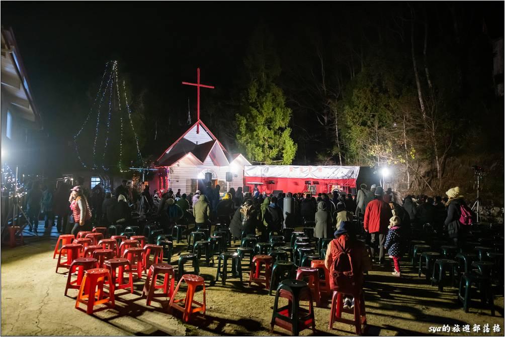 活動即將開始,別看上面一堆空的座位,真正開始時,教堂前的這塊空地,除了營火附近外,其他可都是滿滿的人!