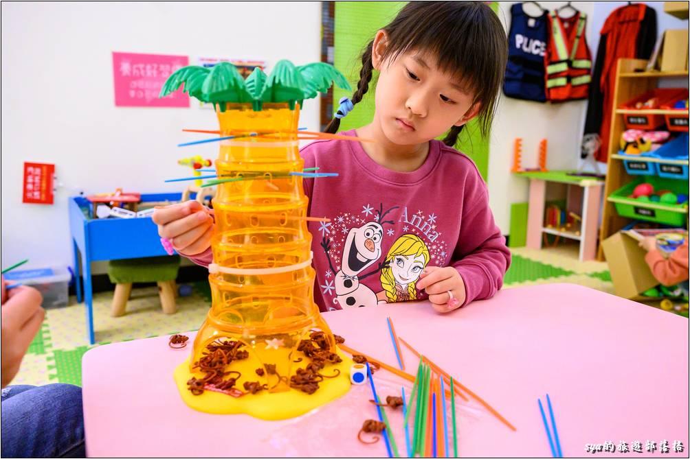 這裡有許多豐富的桌遊及小玩具,玩完後就記得收好歸位,方便下一位小朋友的使用!