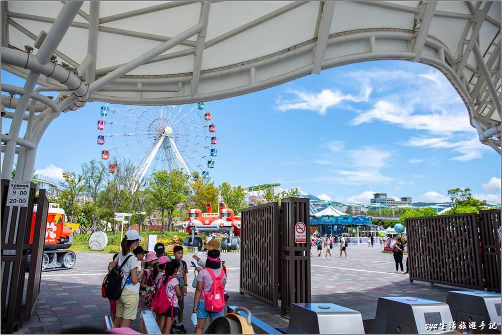 樂園內的設施從位置來分,可以概略的分為一樓的戶外設施、二樓的室內遊戲區/劇團表演、三樓的戶外遊樂設施。