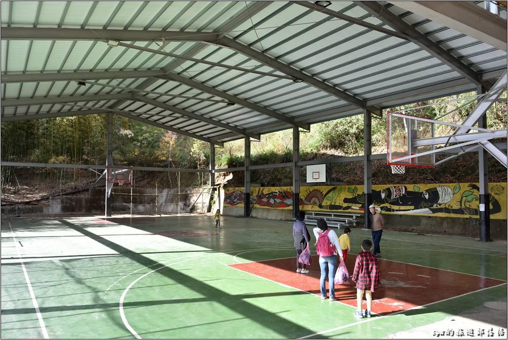 學校有一個寬敞、有雨遮的全場籃球場,提供小朋友一個很不錯的活動空間