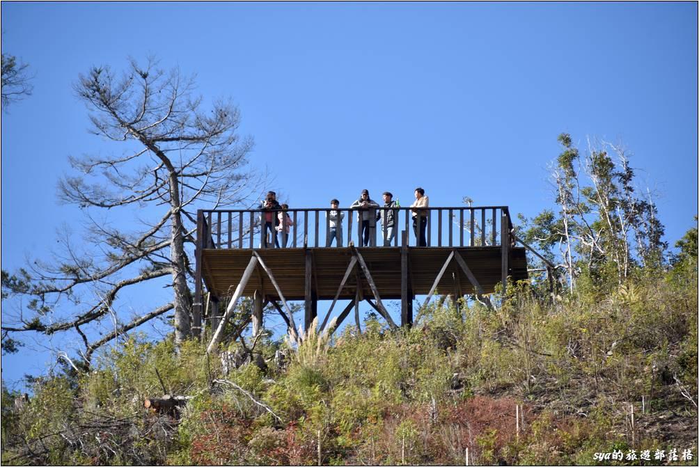 教室後方的山頭有一個新的瞭望台,以這個高度來看,應該可以清楚的眺望整個部落。