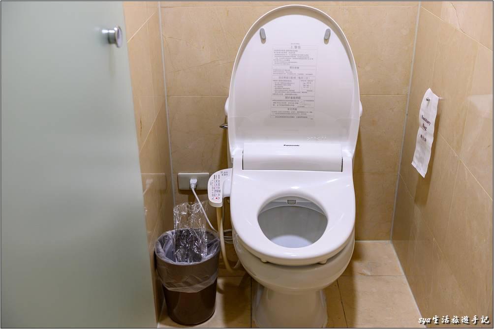 金典酒店的廁所也跟上時代換成了免治馬桶