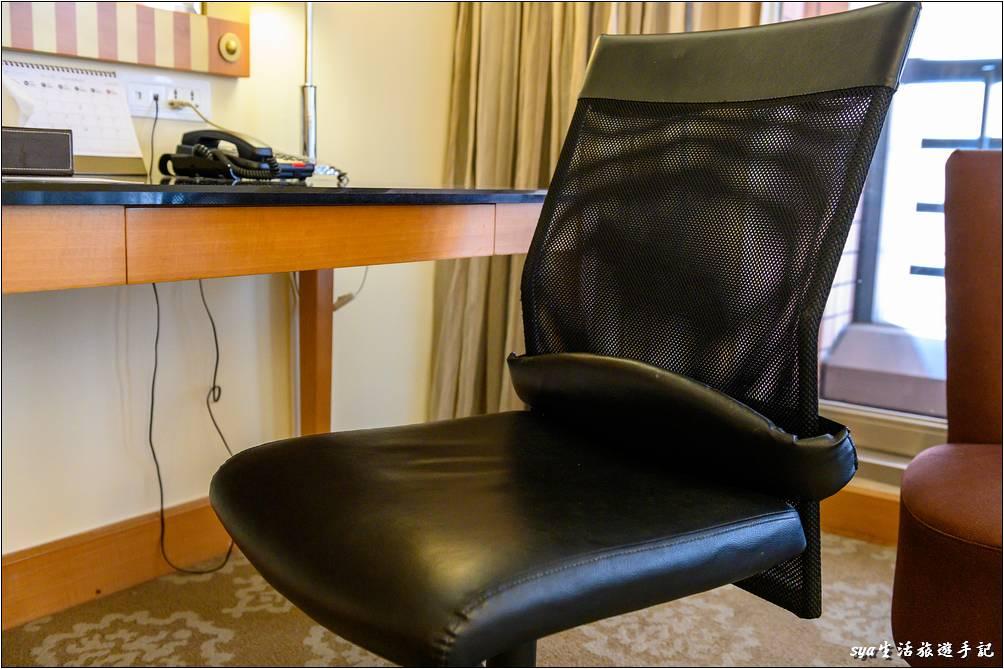 客房內的辦公座椅還蠻有支撐性的,坐起來打字、辦公頗為舒適。