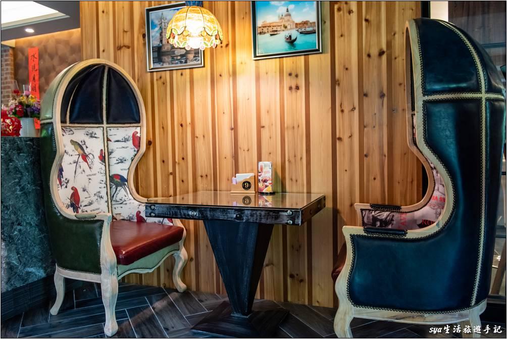 餐廳周圍有許多這種包覆式座椅的座位,還蠻有趣的!