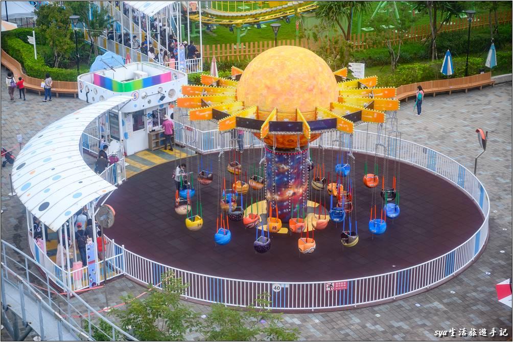 搭乘摩天輪或是銀河號,都是很適合居高一覽整個園區景色的設施。且台北兒童新樂園的摩天輪高度不會太高,因此晃動比較沒有那麼大,對怕高的我來說輕鬆愜意,哈~