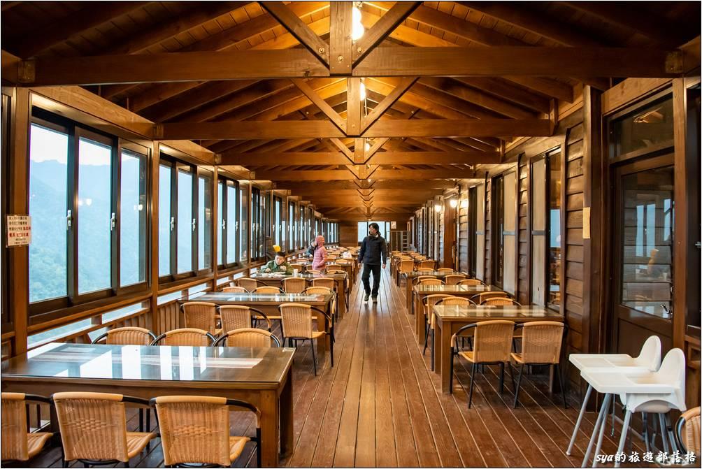 迦南咖啡美食屋的景觀用餐長廊,在這裡用餐還蠻不錯的,可以輕鬆觀賞窗外壯闊的山景。