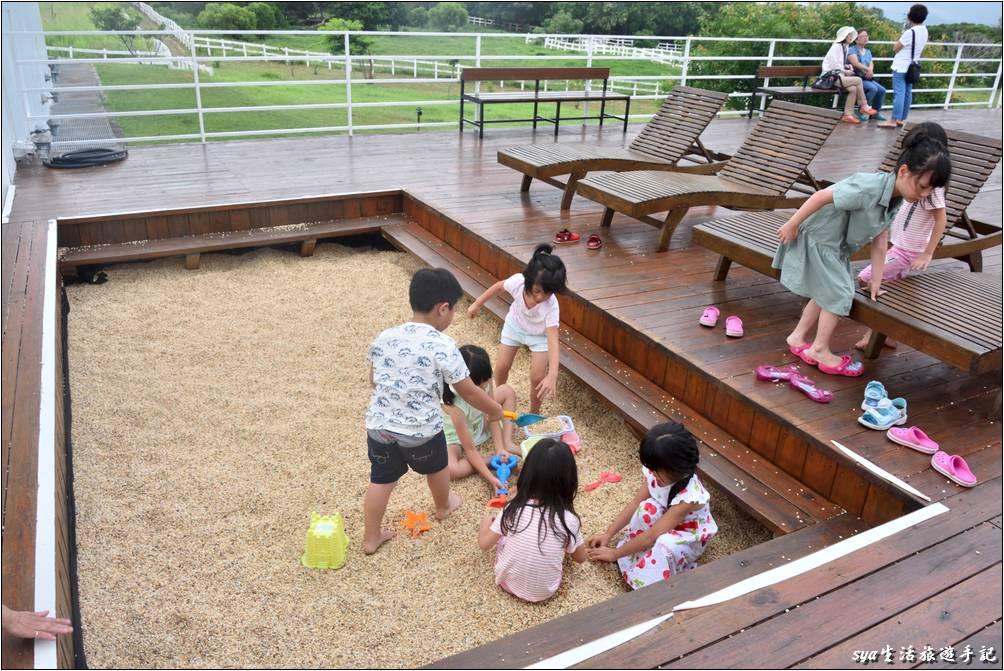 在進入民宿的接待櫃台前,這裡就有很棒的玩沙區。裡面有準備好許多的玩具小道具,且是較為粗的沙粒(還是小型的碎石),因此完全不會沾粘衣服。八個小朋友一到民宿就馬上跳進去開玩了!