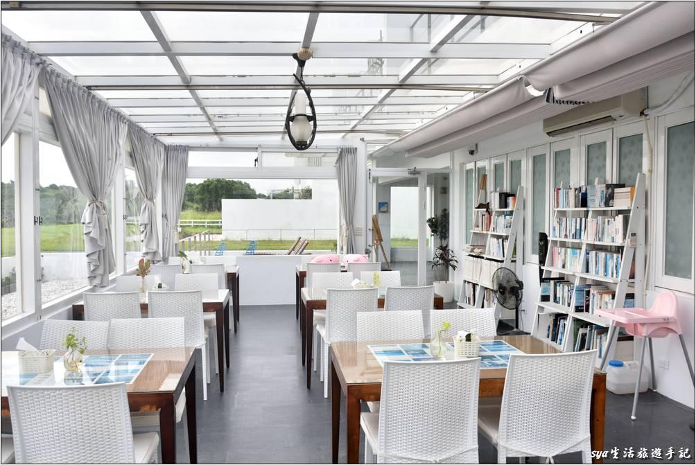 這裡可不只是個用餐區,玻璃屋的入口處書架上放了許多的書籍供住客借閱,或是自己帶台電子閱讀器、或甚至帶手機在這裡打場手遊也是非常的舒服!