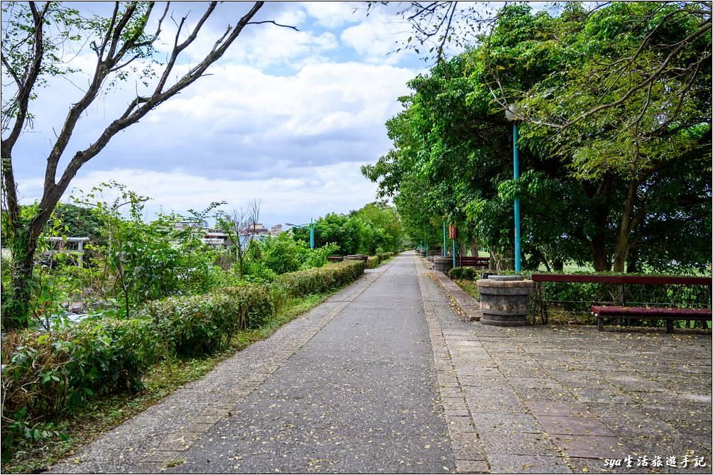 河堤上的自行車道