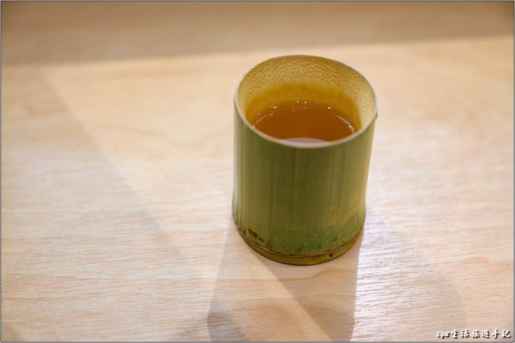 店內自製的梅酒,淋到冰上前先偷喝了幾口。梅酒喝起來醇厚,帶點微微的辛辣,但不刺口。