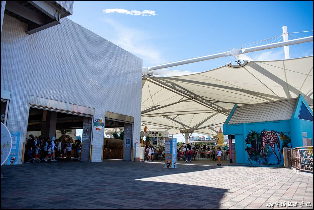 來到這邊除了一樓的戶外遊樂設施,三樓的遊樂設施也是不能錯過得,且一些熱門、需要排隊、或是預約的遊樂設施都是位於這裡。三樓這裡同時還有一些簡單的餐飲、販售紀念品的店家。